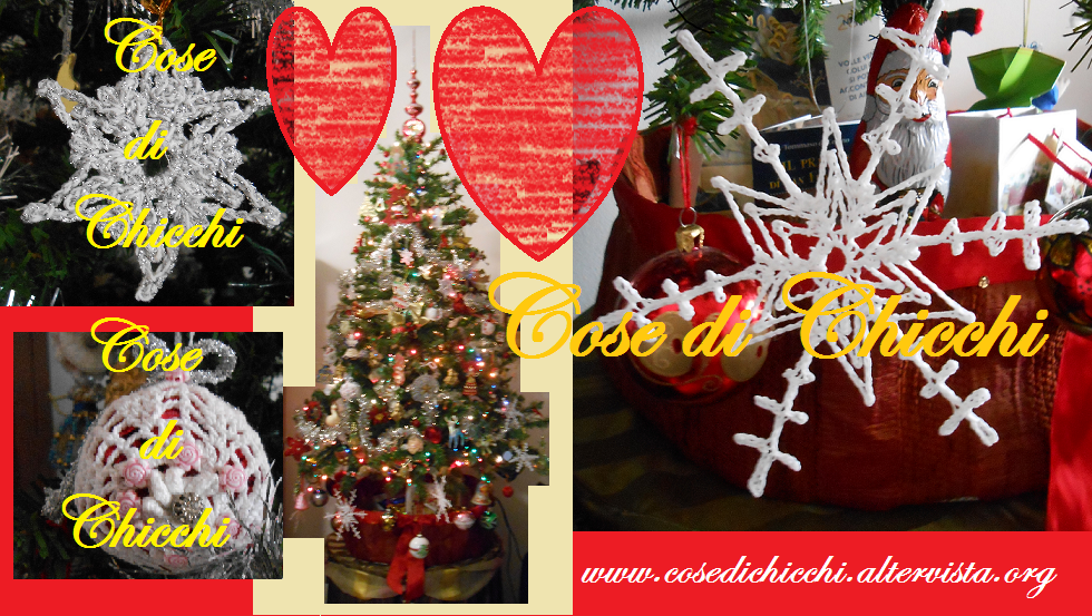 Albero di Natale con addobbi all'uncinetto